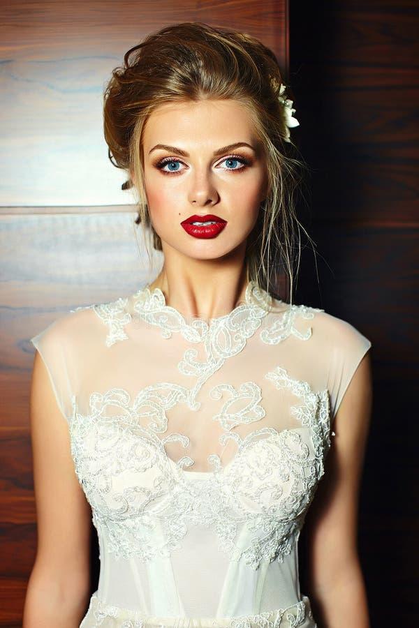 在婚礼礼服的时髦的白肤金发的新娘女孩模型 免版税库存照片