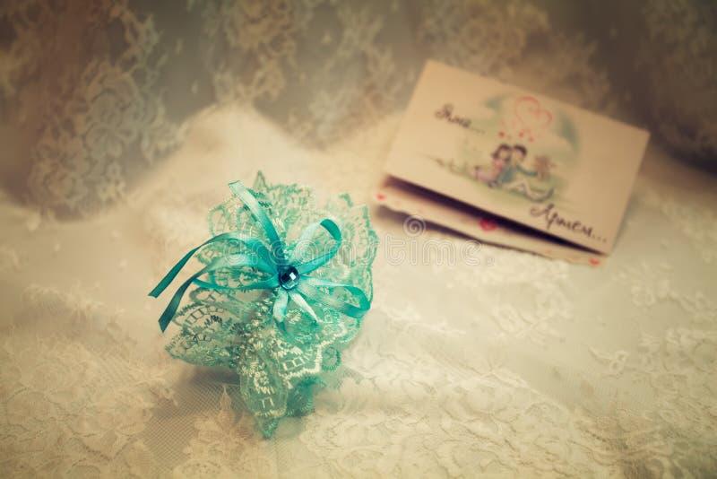 在婚礼礼服,葡萄酒的袜带 库存照片