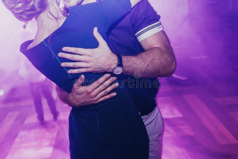 在婚礼聚会的愉快的夫妇跳舞 拥抱的男人和的妇女和 免版税库存图片