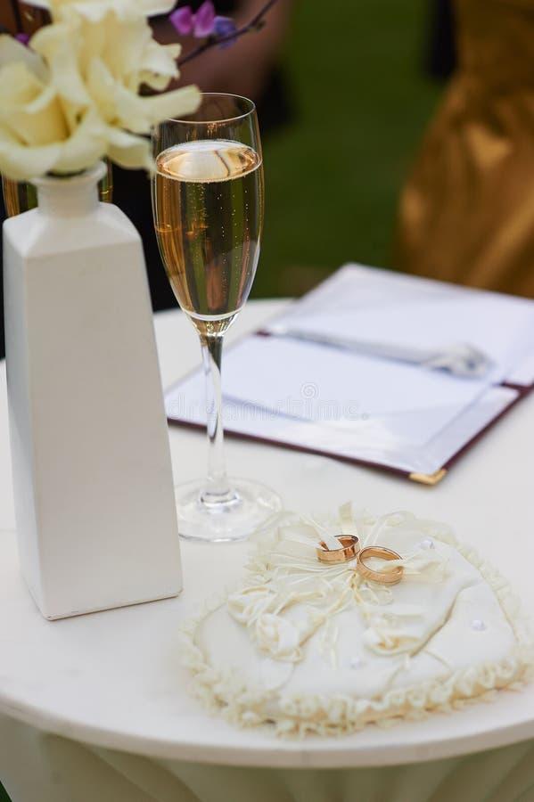 在婚礼花束旁边的婚戒谎言 免版税库存照片