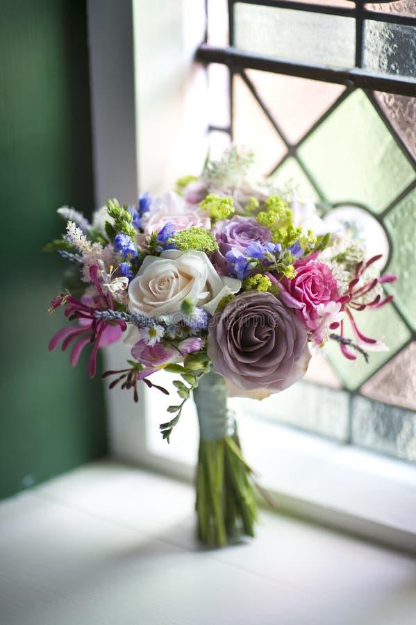 在婚礼视窗附近的花束 图库摄影