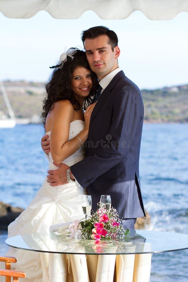 在婚礼以后的年轻夫妇 库存图片