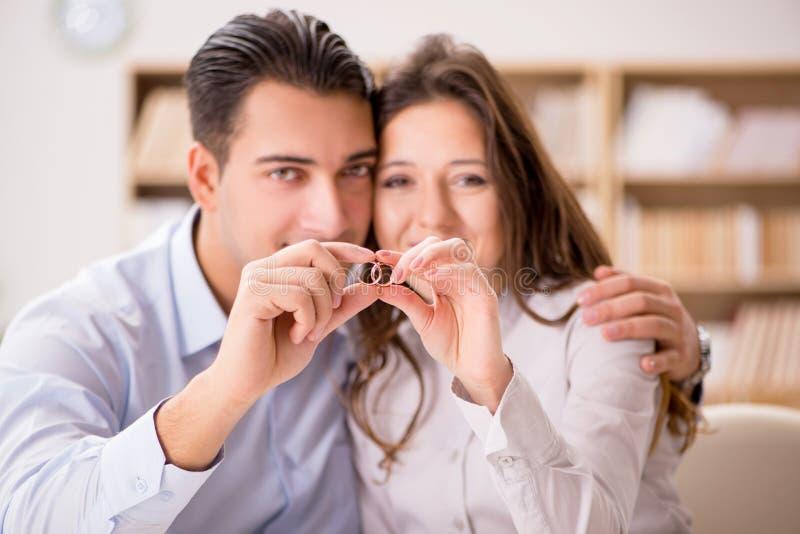 在婚姻离婚概念的年轻家庭 图库摄影