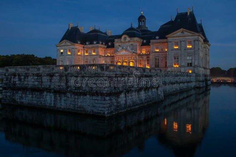 在子爵城堡的大别墅在晚上 库存图片