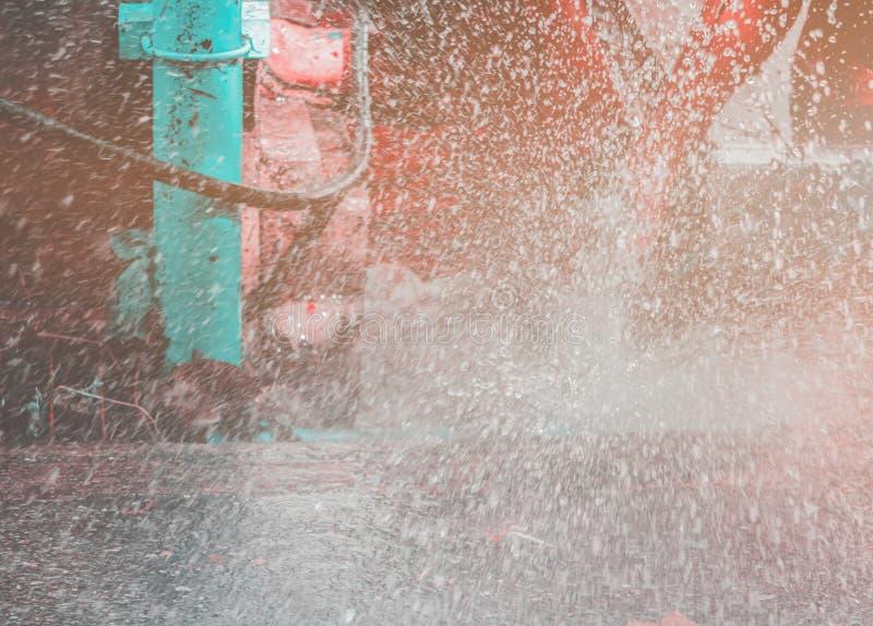 在孔垄沟的破裂的导管在路旁和水行动小野鸭和橙色口气 库存照片