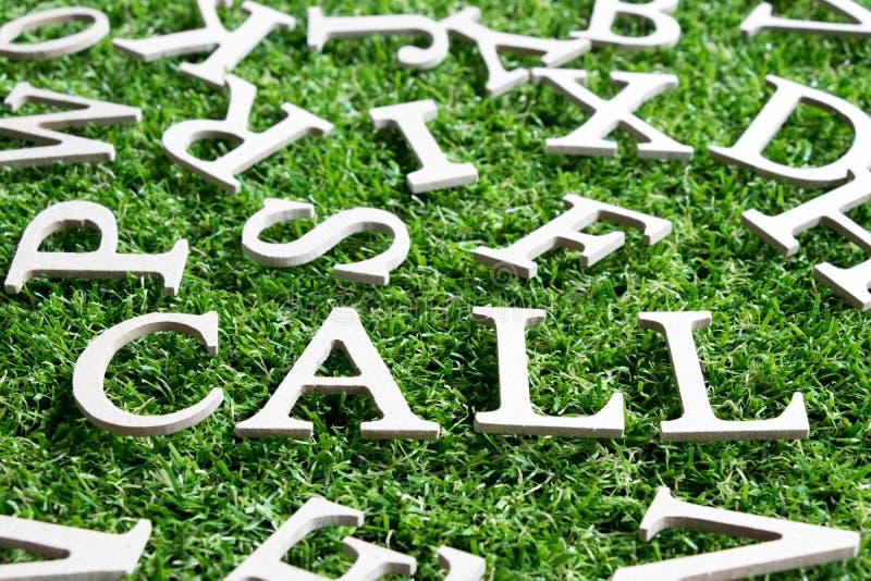 在字词电话的木字母表在人为绿草 库存照片
