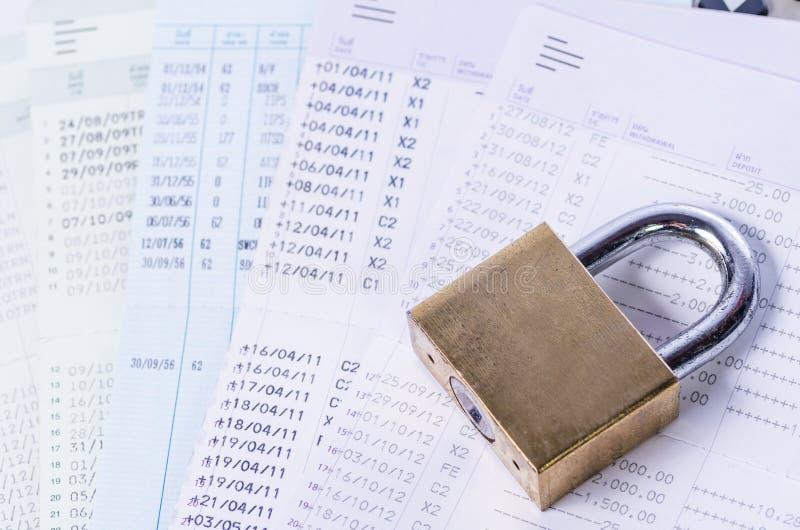 在存款簿的金黄锁 免版税库存图片