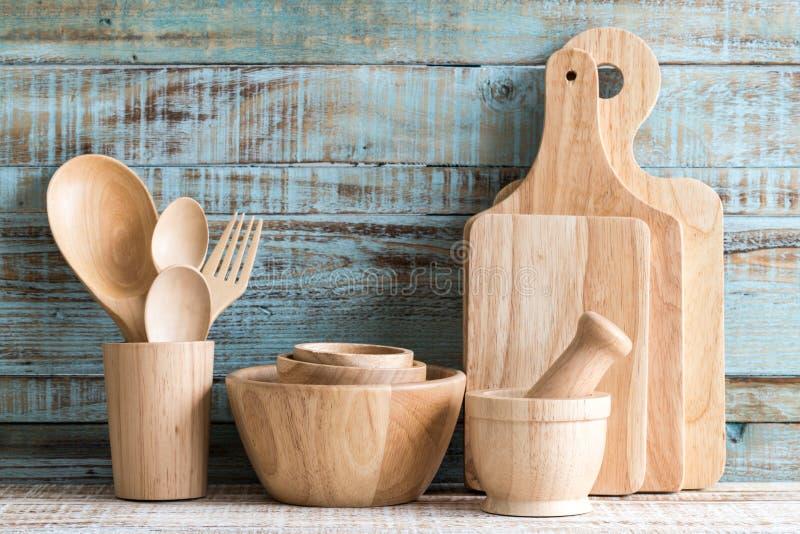 在存贮的厨房炊事用具在木背景 图库摄影