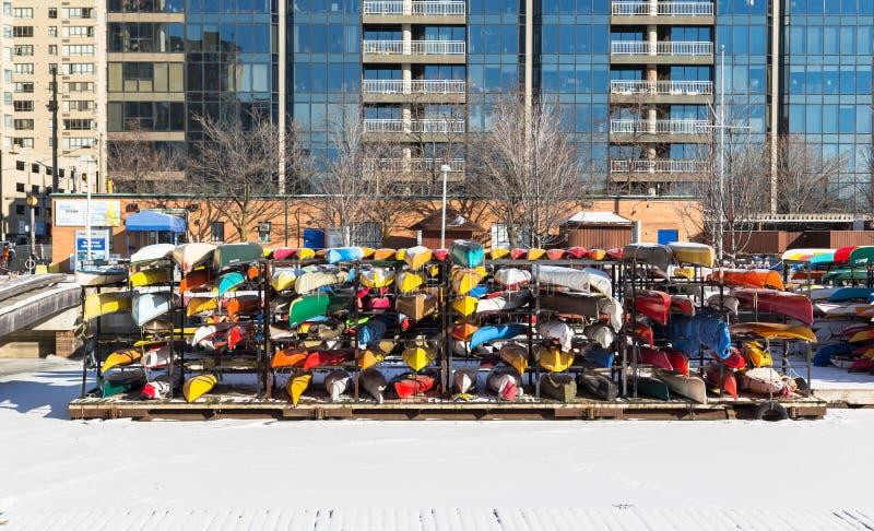 在存贮的独木舟的冬天 免版税库存照片
