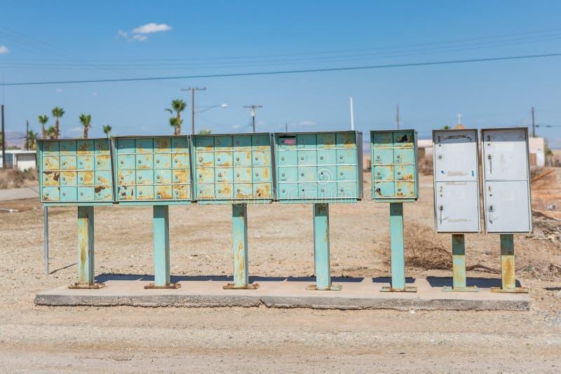 在孟买海滩加利福尼亚的离开的社区的生锈的邮箱在索尔顿湖附近的, 免版税库存照片