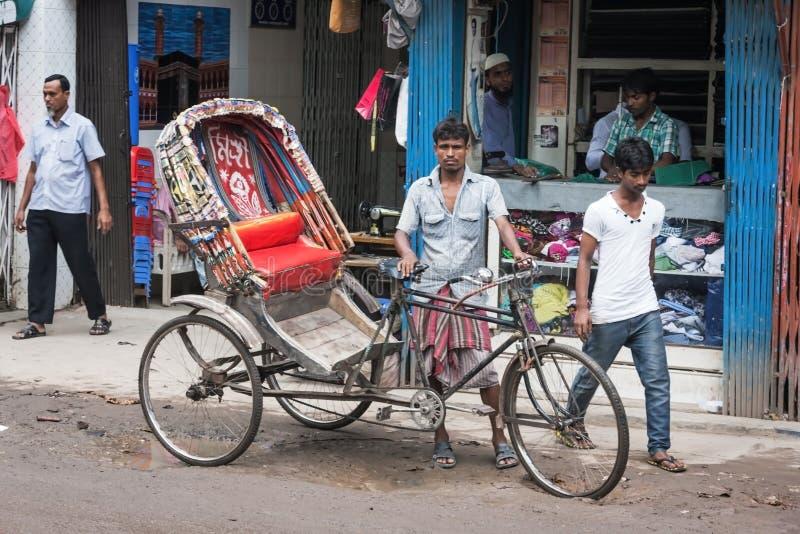 在孟加拉国的街道上的人们 免版税库存图片