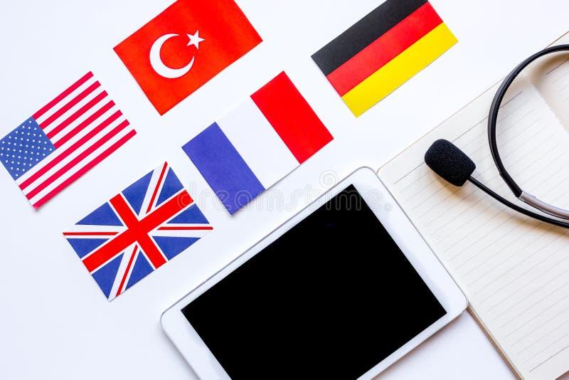 在学会语言生活方式白色背景顶视图的网上教育概念 库存图片