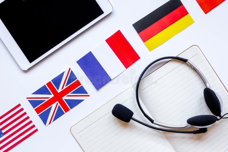 在学会语言生活方式白色背景顶视图的网上教育概念 免版税库存照片
