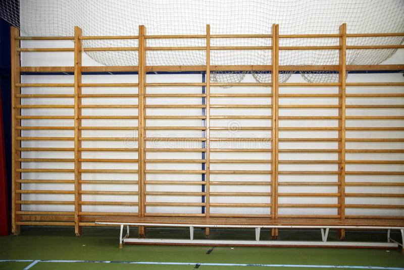 在学校健身房的木肋木 库存照片