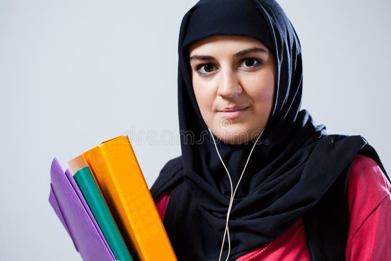 在学校前的年轻回教妇女 免版税库存图片