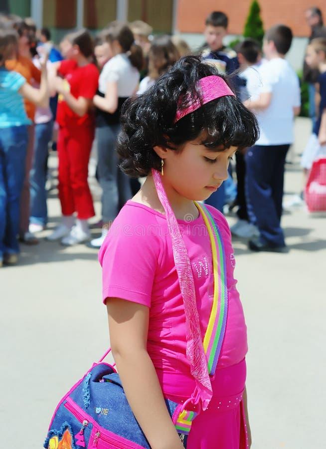 在学校前面的单独女孩 免版税库存照片
