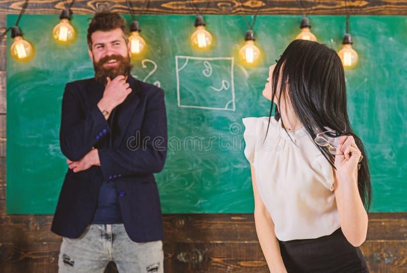 在学校的夫人老师和有胡子的行家男校长 一代概念 有胡子和年轻人的人 库存图片