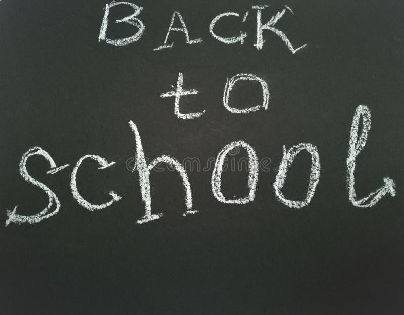在学校黑板的题字回到学校 免版税库存照片