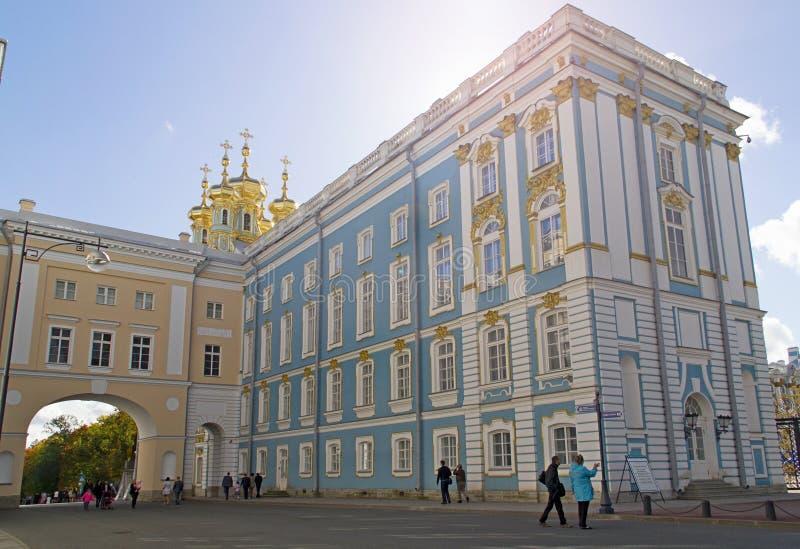 在学苑和凯瑟琳宫殿教会翼之间的曲拱 免版税库存照片