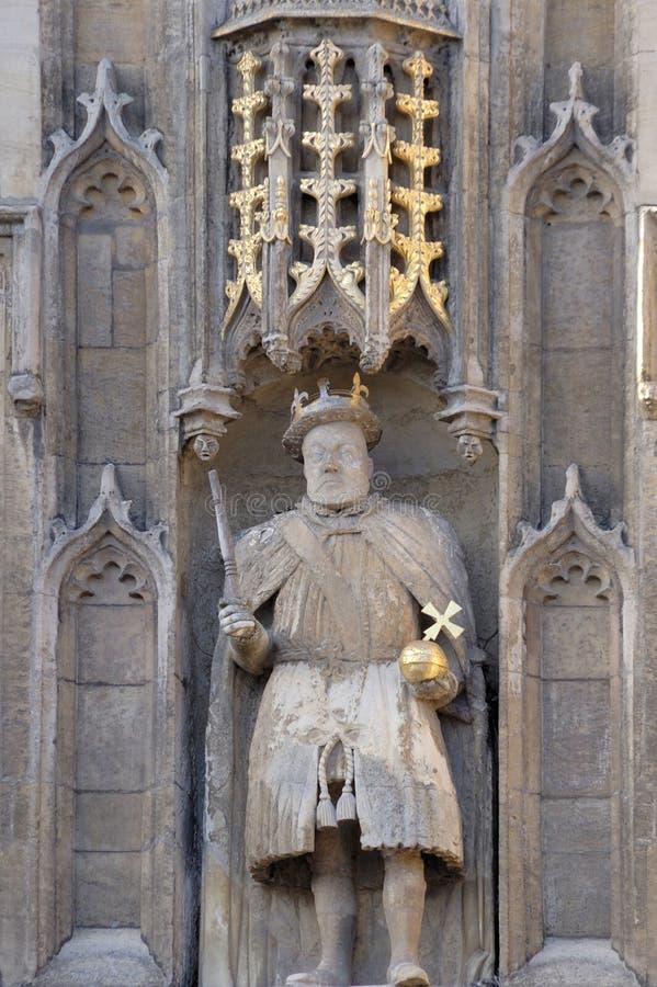 在学院之上给极大的亨利国王雕象三&# 库存图片