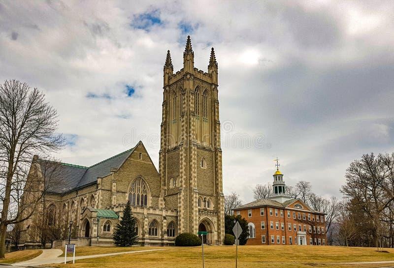 在学院校园里面的大教堂建筑学 免版税库存照片
