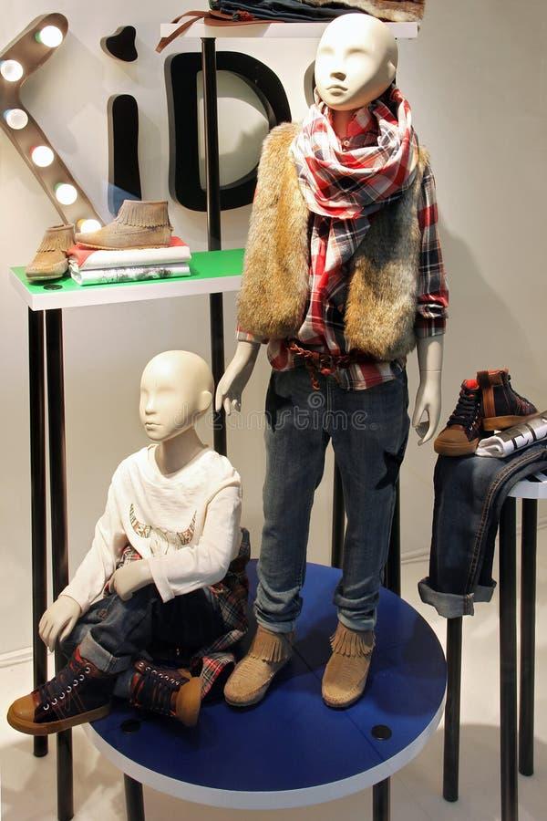 在孩子服装店的时装模特 免版税库存图片