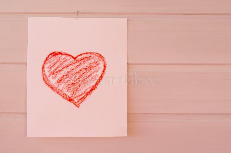 在孩子画的纸片的心脏 免版税库存图片