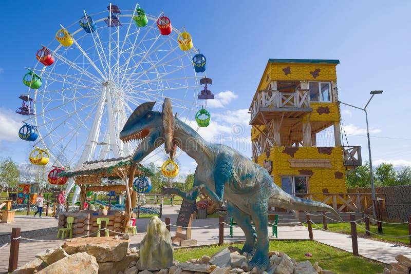 在孩子的双脊龙雕塑停放'Yurkin公园 免版税库存图片