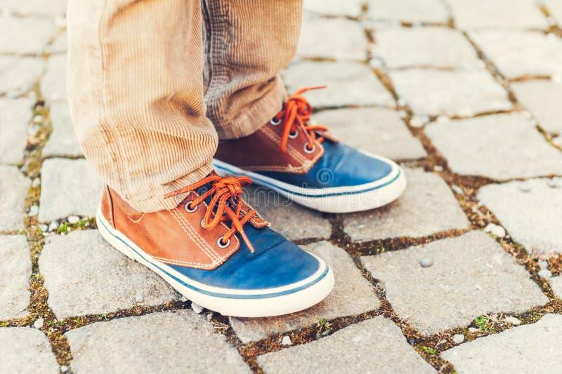 在孩子的脚的时尚运动鞋 库存照片