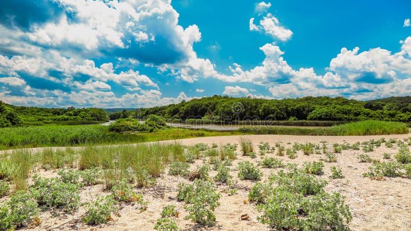 在它的合并前的Veleka河到黑海里,有海滩的小部分的 保加利亚, Sinemorets 库存图片