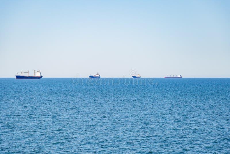 在它的途中的集装箱船对在Helgoland附近小岛被看见的汉堡港  库存图片