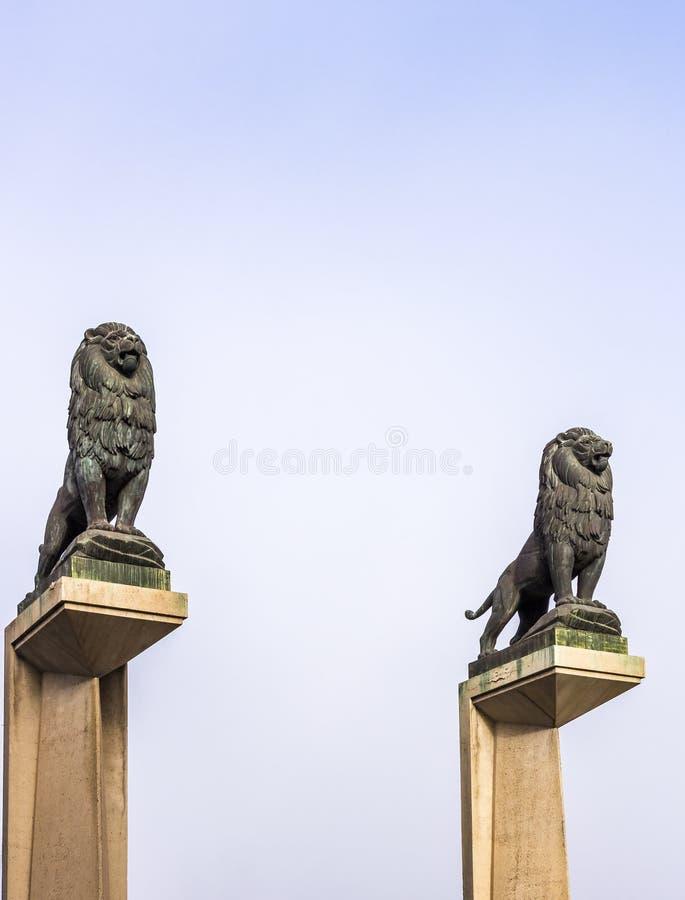 在守卫狮子的桥梁柱子的石狮子雕象 免版税库存照片
