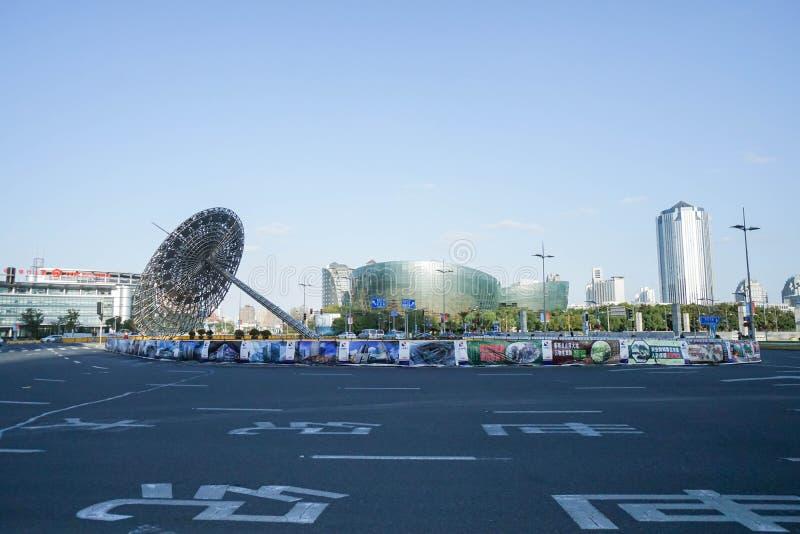 在安全岛的创造性的钢建筑学有在上海采取的摩天大楼的 库存图片
