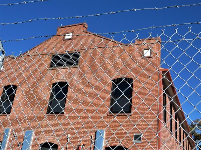 在安全性防护后的红砖大厦 免版税库存照片