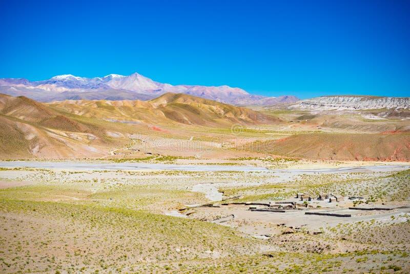 在安地斯的高地的高处贫瘠山脉在途中的对著名Uyuni盐平,在多数importa中 免版税库存图片