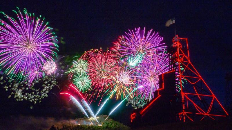 在安塞尔莫矿井塔的美国独立纪念日烟花 小山,MT 库存照片