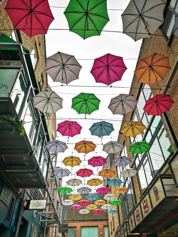 在安妮街上的伞 库存照片
