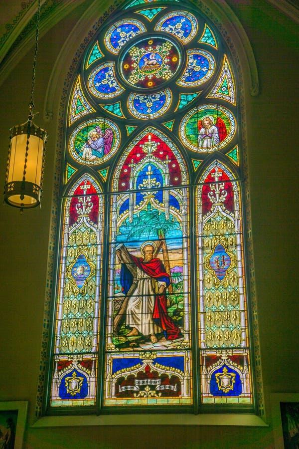 在安得烈的天主教的美丽的污点玻璃窗 免版税库存照片