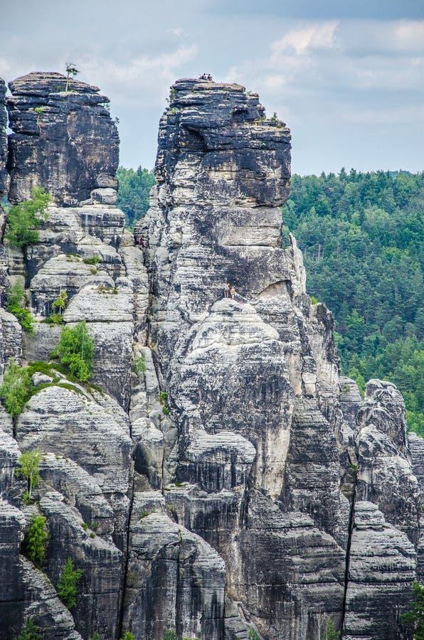 在安心camstone石头上面的登山家在萨克森国家公园, Bastai,德累斯顿,德国 图库摄影
