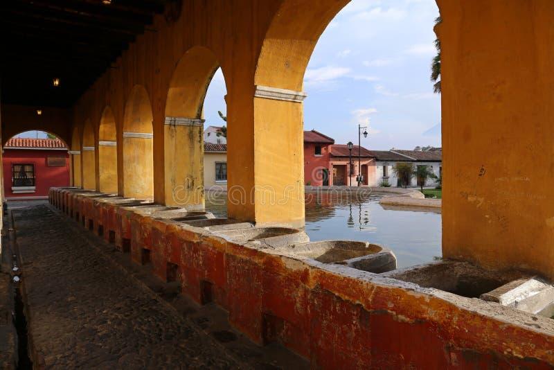 在安提瓜岛,危地马拉的公开洗衣店喷泉 免版税库存图片