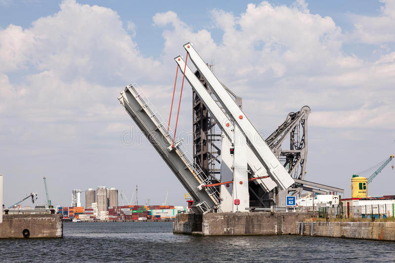 在安特卫普港口的自动可移动的桥梁  图库摄影