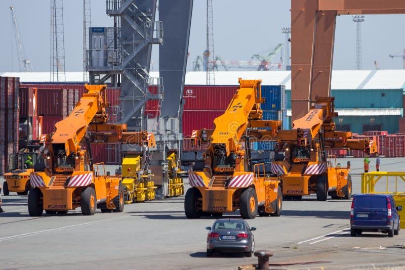 在安特卫普港的伸手可及的距离堆货机  免版税图库摄影