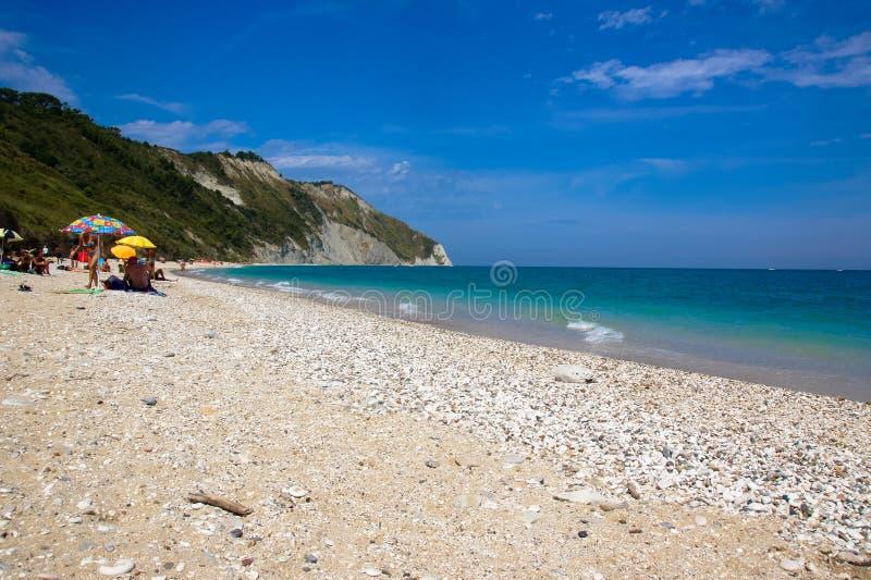 在安科纳附近的Mezzavalle海滩在马尔什地区 Conero自然公园 免版税库存照片