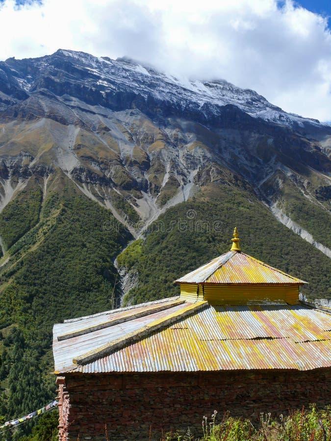 在安纳布尔纳峰下的Gompa在Khangsar村庄,尼泊尔附近 免版税库存照片