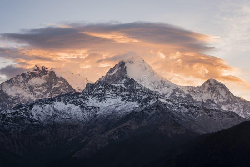 在安纳布尔纳峰峰顶的剧烈的日出在棉结的喜马拉雅山 库存照片