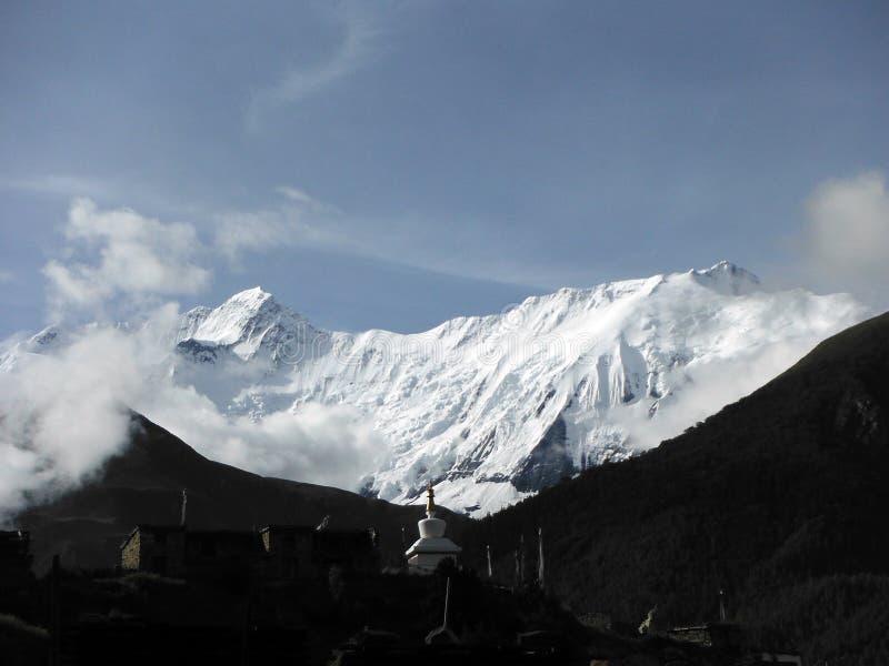 在安纳布尔纳峰IV喜马拉雅峰顶前的白色Stupa 库存图片