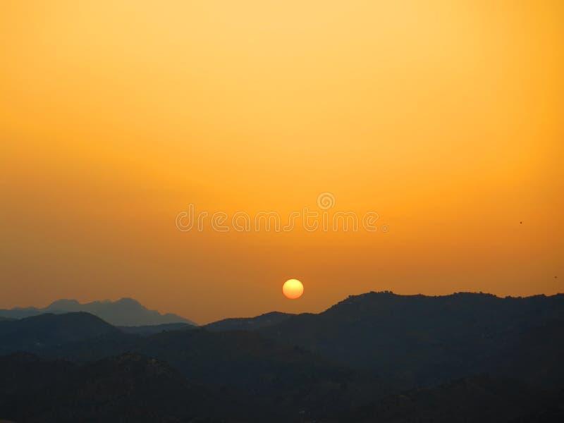 在安达卢西亚的小山的橙色日出 免版税库存照片