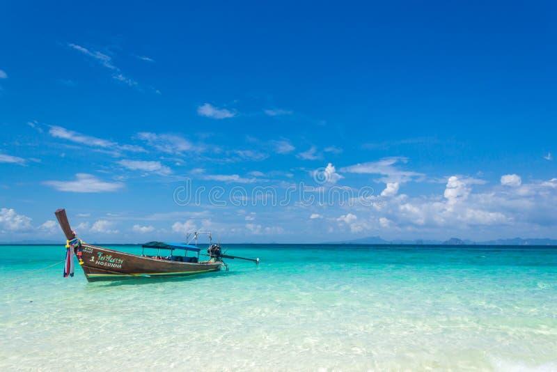 在安达曼海的海岸的泰国木小船 在这条典型的长尾巴小船的小船旅行 免版税图库摄影