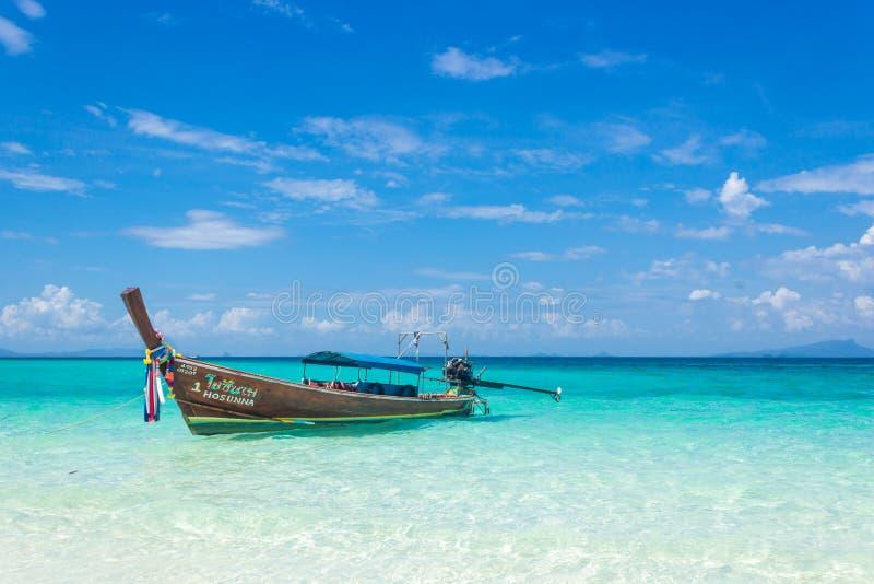 在安达曼海的海岸的泰国木小船 在这条典型的长尾巴小船的小船旅行 免版税库存图片