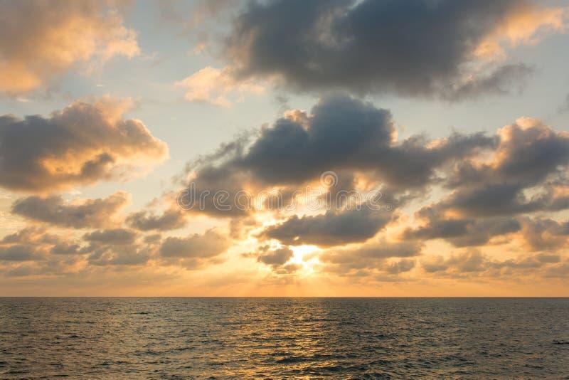 在安达曼海的美丽的日落天空 库存照片